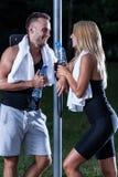 Молодые люди flirting после тренировки Стоковое Фото