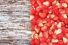 «Молодые ягоды одичалой клубники на деревянной предпосылке.» Стоковое Изображение RF