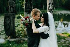 Молодые bridal пары стоковые изображения rf