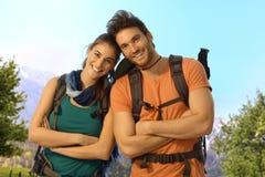 Молодые hikers внешние на солнечный весенний день Стоковая Фотография