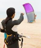 Молодые kitesurfers на пляже Стоковое Изображение