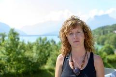 Молодые redhead и естественное сидят в горе Стоковое Изображение