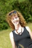 Молодые redhead и естественное сидят в горе стоковое фото