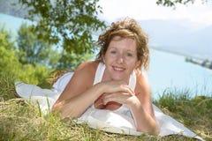 Молодые redhead и естественное сидят в горе Стоковая Фотография