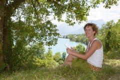 Молодые redhead и естественное сидят в горе Стоковое Изображение RF