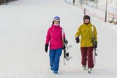 Молодые snowboarders пар идут идти с досками Стоковые Изображения RF