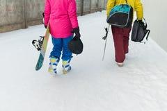 Молодые snowboarders пар идут идти с досками Стоковая Фотография