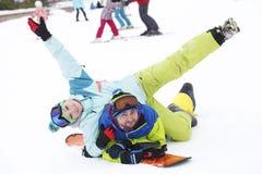 молодые snowboarders пар радуются и радостны Стоковые Изображения