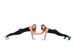 Молодые sportive женщины делают фитнес нажать поднимают совместно Стоковое Изображение RF