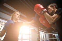 Молодые sportsmens состязаются в боксе Стоковые Фотографии RF
