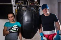 Молодые sporty пары в перчатках бокса стоя близко punchi бокса стоковое фото rf