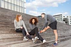 Молодые sporty люди нагревая перед тренировкой Стоковое Фото