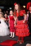 Молодые theatergoers дети восторженно наблюдая театр Smeshariki кукольного театра рождества детей Стоковые Фото