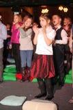 Молодые theatergoers дети восторженно наблюдая театр Smeshariki кукольного театра рождества детей Стоковое фото RF