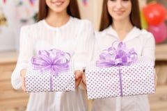 2 молодых дамы держа настоящие моменты Стоковые Изображения RF