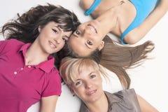 3 молодых дамы с расчалками зубов стоковое фото