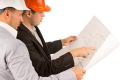 2 молодых архитектора обсуждая план здания Стоковое Фото
