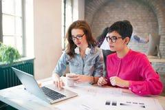 2 молодых архитектора перспективы работая на компьтер-книжке Стоковое Изображение