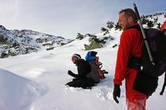 2 молодых альпиниста имея потеху в горах Retezat, Румынию Стоковые Изображения