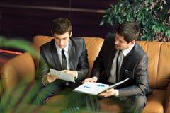 2 молодых бизнесмена обсуждая проект Стоковые Фото