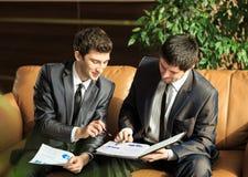 2 молодых бизнесмена обсуждая проект Стоковая Фотография