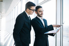 2 молодых бизнесмена обсуждая проект Стоковое фото RF