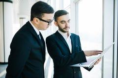 2 молодых бизнесмена обсуждая проект Стоковая Фотография RF