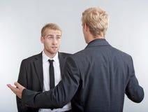 2 молодых бизнесмена обсуждая Стоковая Фотография RF