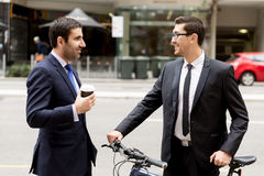 2 молодых бизнесмена с велосипедом в центре города Стоковые Изображения RF