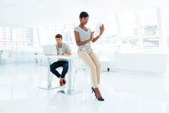 2 молодых бизнесмены работая в команде в офисе Стоковое Фото