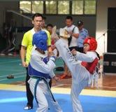 2 молодых бойца--Конкуренция Тхэквондо седьмой чашки GoldenTeam дружелюбная Стоковое фото RF