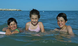 3 молодых брать в море в лете Стоковое Фото