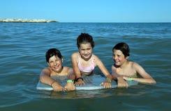 3 молодых брать в море в лете Стоковое Изображение