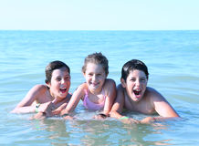 3 молодых брать играя в море Стоковые Фотографии RF