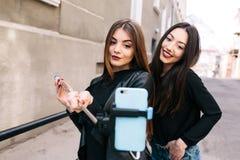 2 молодых взрослых девушки Стоковое фото RF