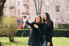 2 молодых взрослых девушки Стоковое Фото