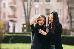 2 молодых взрослых девушки Стоковое Изображение RF