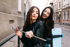 2 молодых взрослых девушки Стоковые Изображения RF