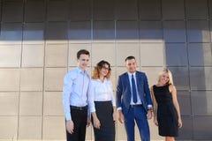 4 молодых взрослых элегантных люд, 2 женщины и 2 студента людей Стоковое Фото