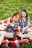 2 молодых девушки битника имея потеху на пикнике Стоковые Изображения