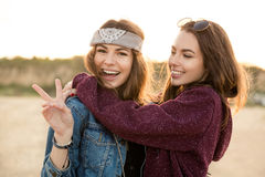 2 молодых девушки битника обнимая один другого Стоковые Фотографии RF