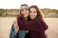 2 молодых девушки битника обнимая один другого Стоковые Фото