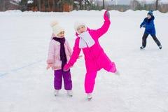 2 молодых девушки конькобежца на льде Стоковое фото RF