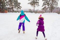 2 молодых девушки конькобежца на льде Стоковые Изображения
