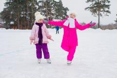 2 молодых девушки конькобежца на льде Стоковые Изображения RF