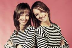 2 молодых девушки моды в striped рубашки Стоковое Изображение