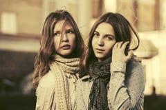 2 молодых девушки моды идя в улицу города Стоковое фото RF