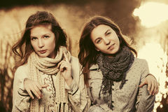 2 молодых девушки моды идя озером Стоковое Изображение