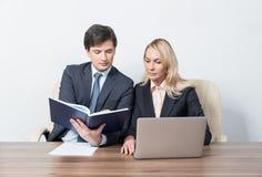 2 молодых делового партнера на встрече Стоковое фото RF