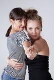 2 молодых женских друз танцуя танго Стоковые Изображения